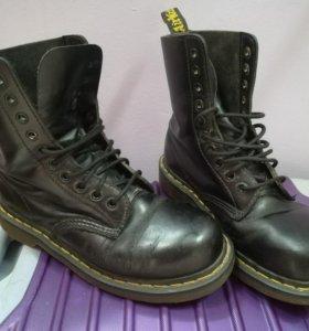 Черные кожаные ботинки на шнуровке от Dr. Martens.