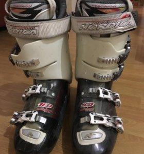 Лыжные ботинки и лыжи.
