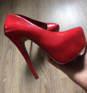 Туфли красные на большом каблуке