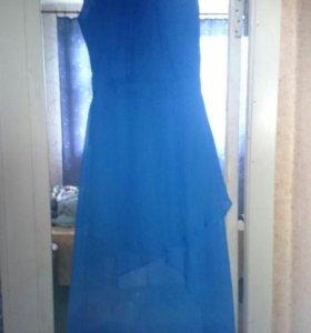 Удобные босоножки и красивое вечернее платье.