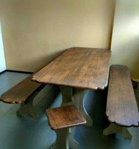 стильный стол с широкими лавками и табуретками