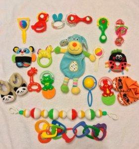 Игрушки для малышей погремушки, пинетки mothercare