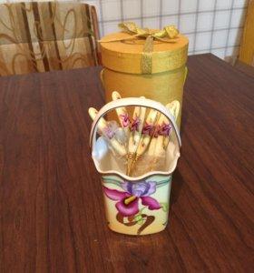 Набор чайных ложечек в сахарнице.