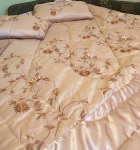 Комплект покрывало-одеяло, подушки и наволочка.
