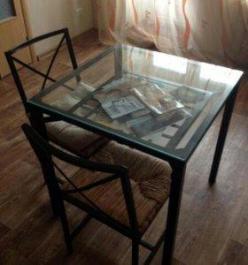 Стеклянный стол и стулья из ротанга