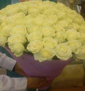 Белые и красные розы в бумаге