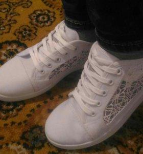 Кроссовки в сетку белые