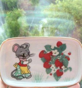 Тарелочка маленькая с мышкой и ягодами