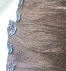 Волосы на заколках.