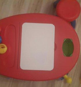 Столик Crayola с табуреткой и стульчиком.