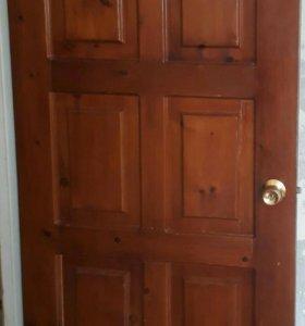 Двери деревянные с навесами и ручками