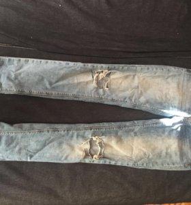 Раваные джинсы pull&bear