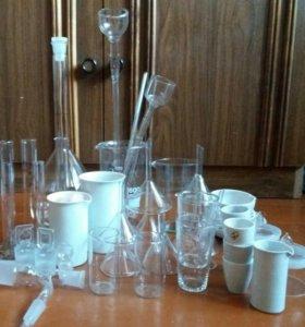 Посуда стеклянная и перегонный аппарат