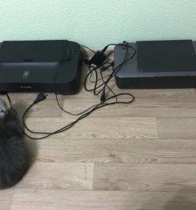 Два принтера в рабочем состоянии.