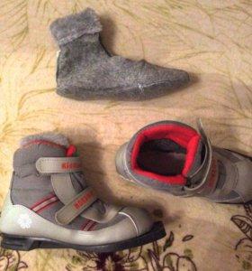 Лыжи и лыжные ботинки.