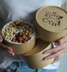 Орехи и цукаты в коробках
