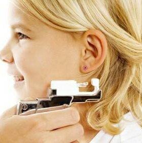 Приколоть уши пистолетом