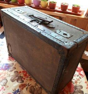 Старый чемодан сундук