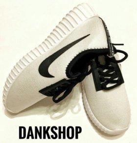 В наличие новые спортивные тапки Nike