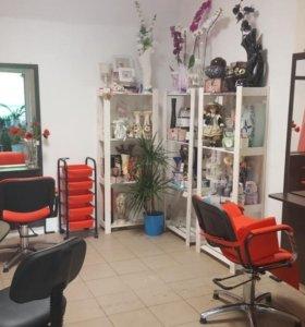 Рабочее место мастера маникюра и парикмахера