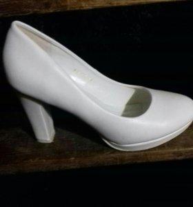 Продаю белые туфли 39-40р