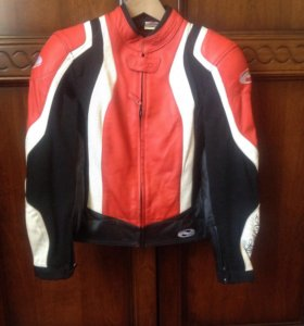 Кожаная куртка с внутренней защитой и шлем.