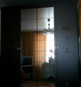 Шкаф для одежды (с кожаными вставками) б/у 7 мес