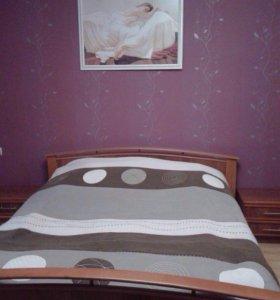 Кровать и две прикроватные тумбочки