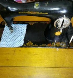 Машинка швейная,кабинетная,ножная.