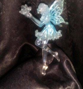 Пластмассовая игрушка фея с бабочкой в руках
