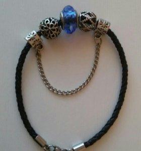 Кожанный браслет с шармами.