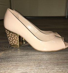 Туфли кожаные бежевые лаковые новые