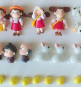 Маленькие фигурки - игрушки .