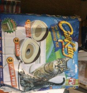 Приучит кошку к унитазу
