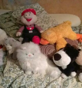 Интерактивная кукла и мягкие игрушки.