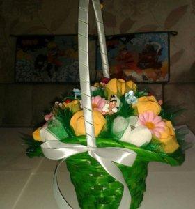 Цветочная корзинка с конфетами