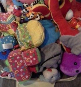 Чемодан мякишей -игрушек в коляску и погремушки