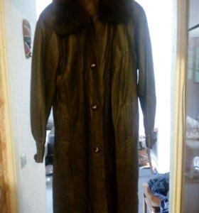 Пальто кожаное с меховым воротником 54 р-р