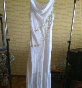 Нежное ,длинное платье с апликацией 42-44