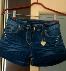 Шорты новые джинсовые с украшением сердечко