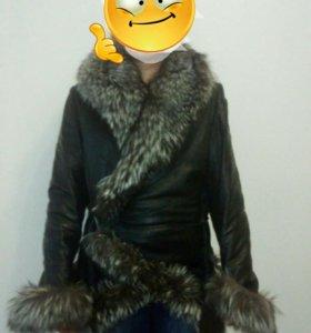 Куртка коженная с меховым воротником и манжетами.