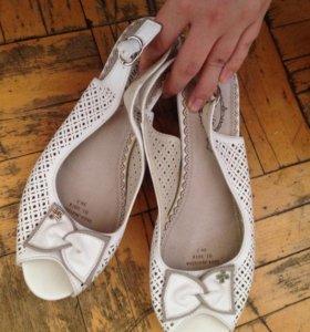 Туфли (босоножки) на не высоком каблуке