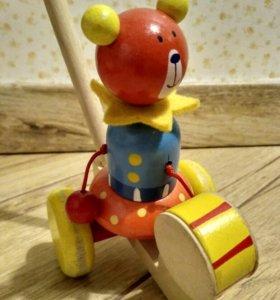 """Каталка на палке деревянная.""""Мишка бьет в барабан"""""""