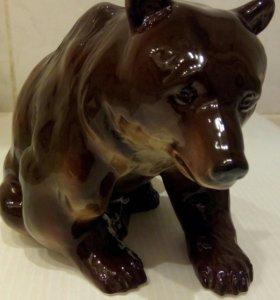 Фарфоровая статуэтка медведь.