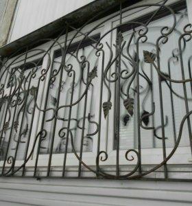 Кованные решётки на окна и ограда.