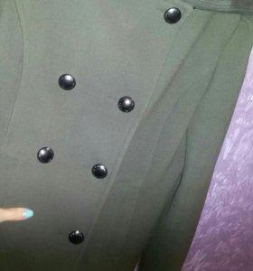 Пальто коротенькое.