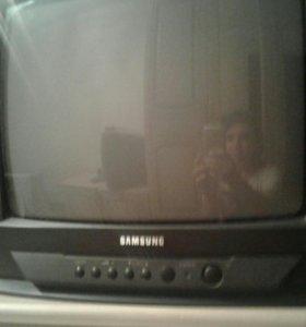 Телевизор маленький.
