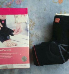 ортопедический бондаж для суставов левой ноги.