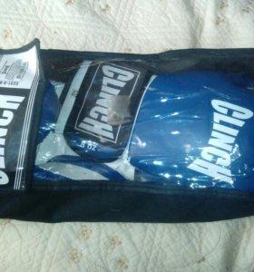Боксёрские перчатки CLINCH вместе с чехлом