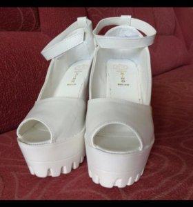 Туфли босоножки белые на тракторной подошве